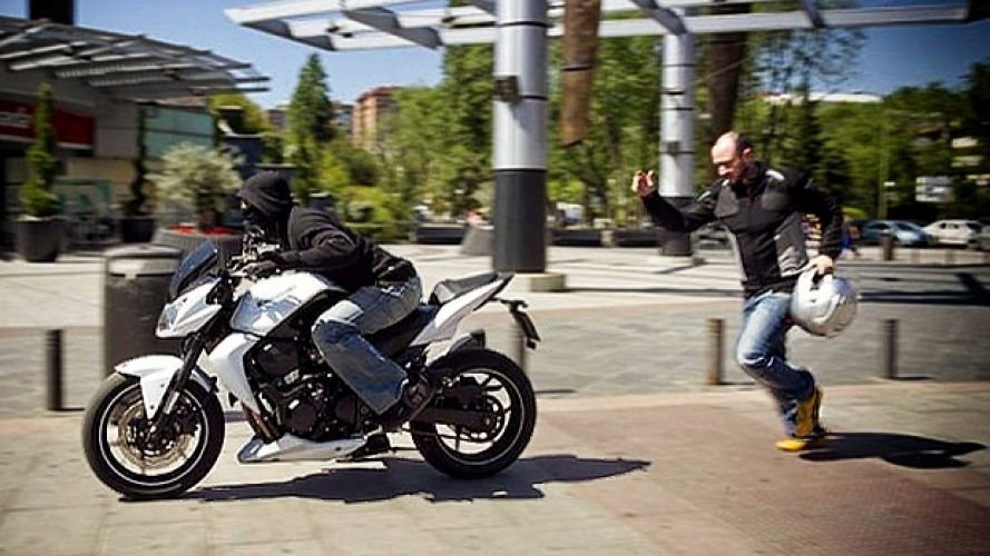 Furto della moto in strada con le chiavi inserite: che succede?