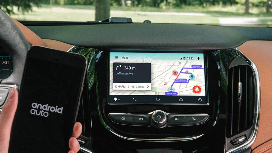 Android Auto e Apple CarPlay vs infotainment, chi distrae di meno?