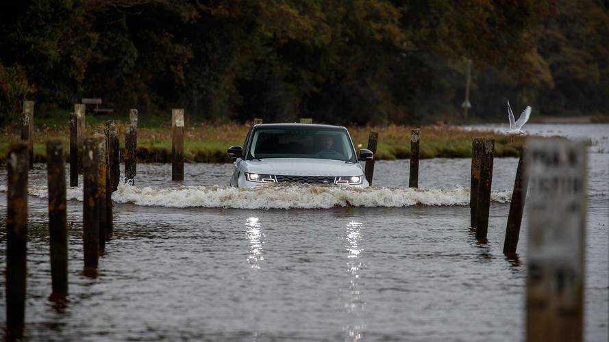 Range Rover Sport PHEV Races Swimmers In 2-Foot-Deep Water - Video