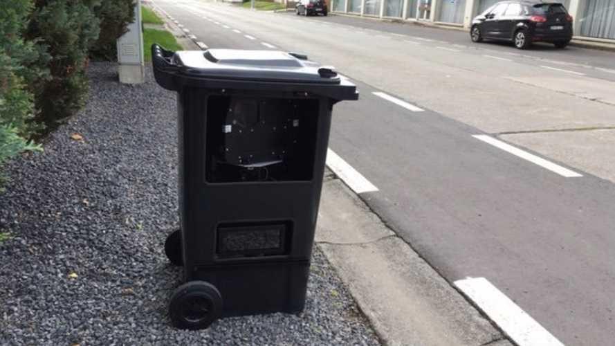 Camuflan un radar de velocidad... ¡en un cubo de basura!