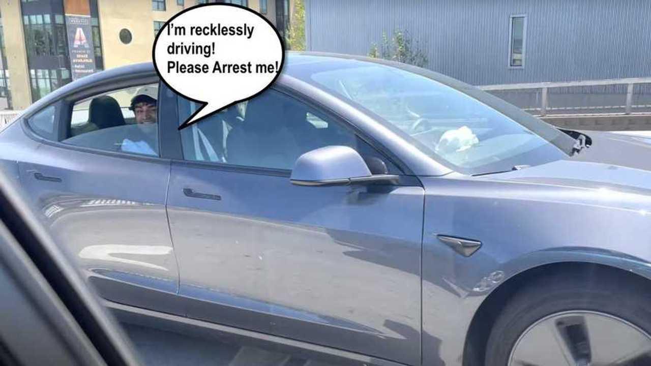 Sulla Tesla Model 3 con Autopilot inserito e senza nessuno alla guida