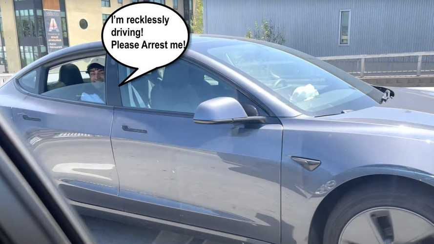 Incosciente gira in Tesla con nessuno che guida: arresto in vista