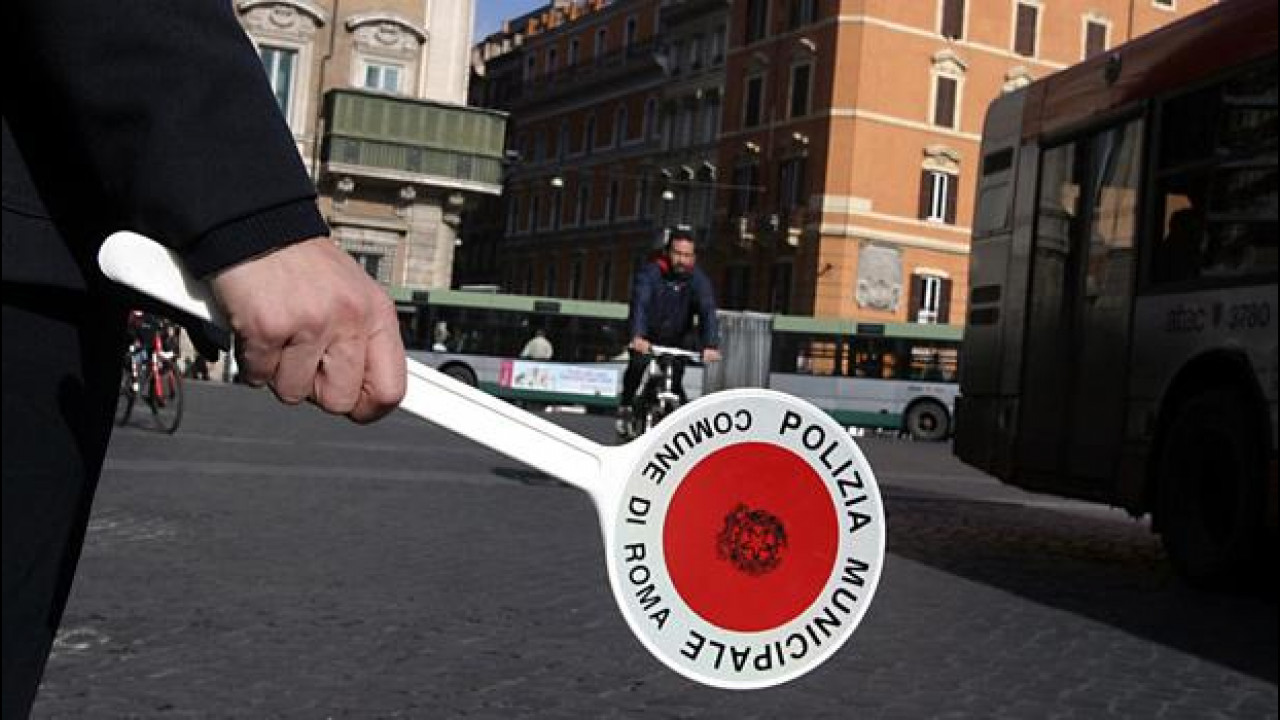 [Copertina] - Blocco del traffico a Milano, targhe alterne a Roma: come funziona