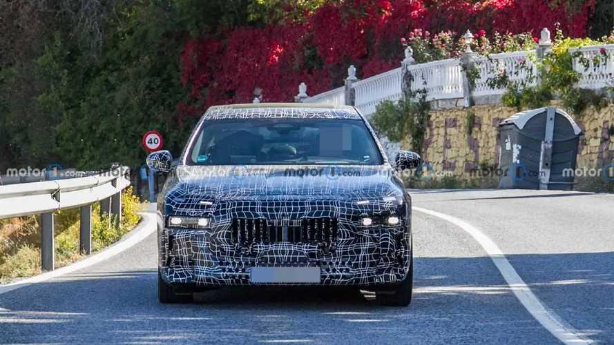 BMW Serie 7, le foto spia con dei fari stravaganti