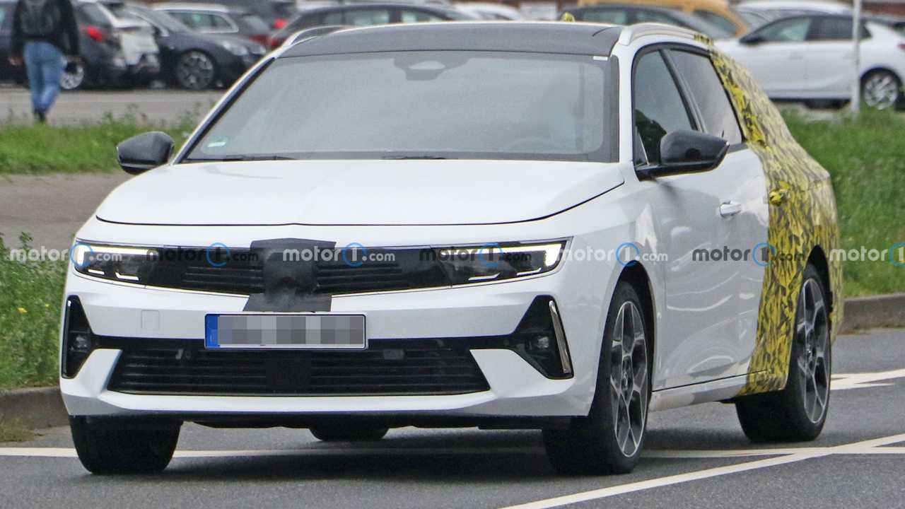 Nuova Opel Astra Sports Tourer, le prime foto spia