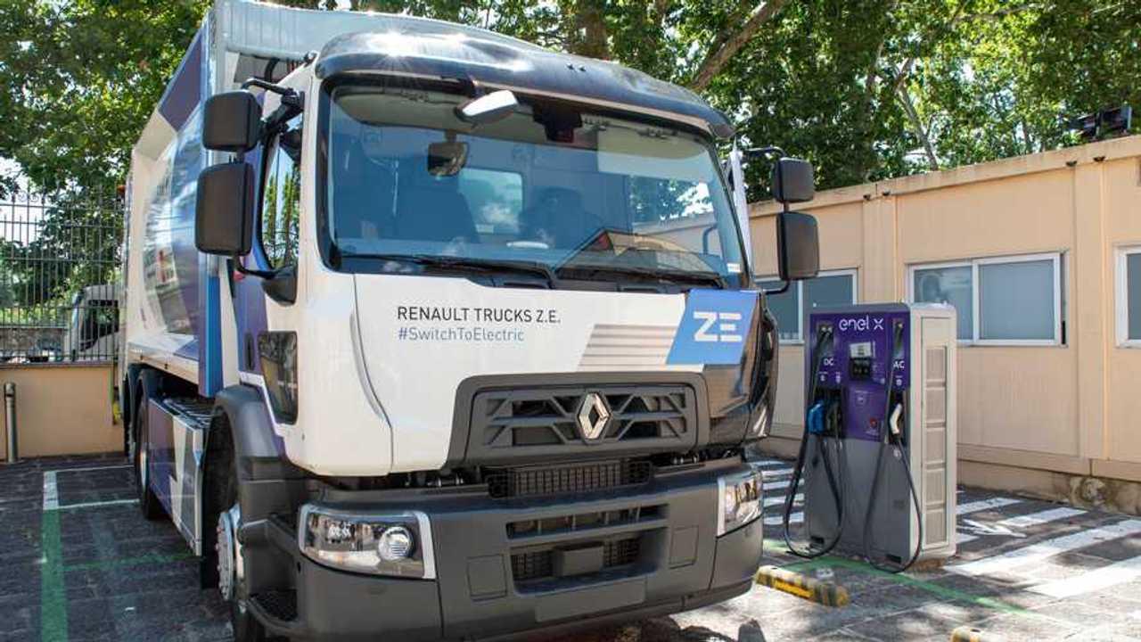 Camion Renault accanto a una colonnina Enel X