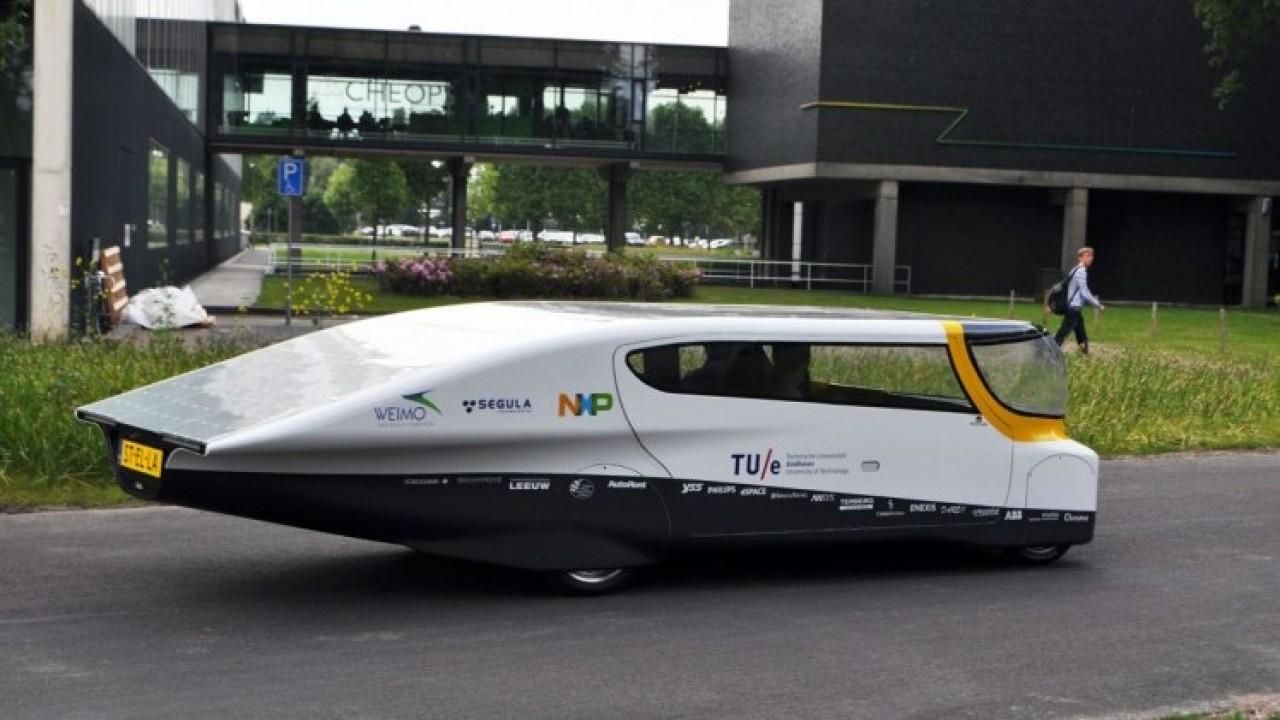 Revelado o primeiro carro familiar do mundo movido a energia solar