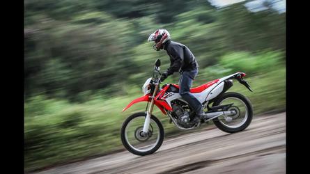 b65dcdbc8e0 Motos Vídeo  Honda promove família aventureira