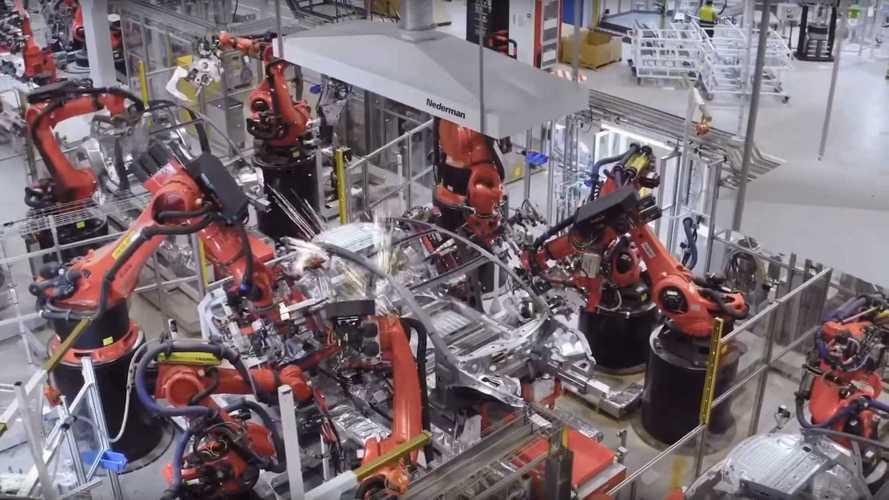 Látványos videón mutatja be a Tesla, hogyan zajlik az elektromos autók gyártása