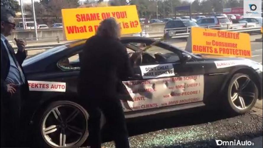 Distrugge la sua BMW M6 a martellate al Salone di Ginevra