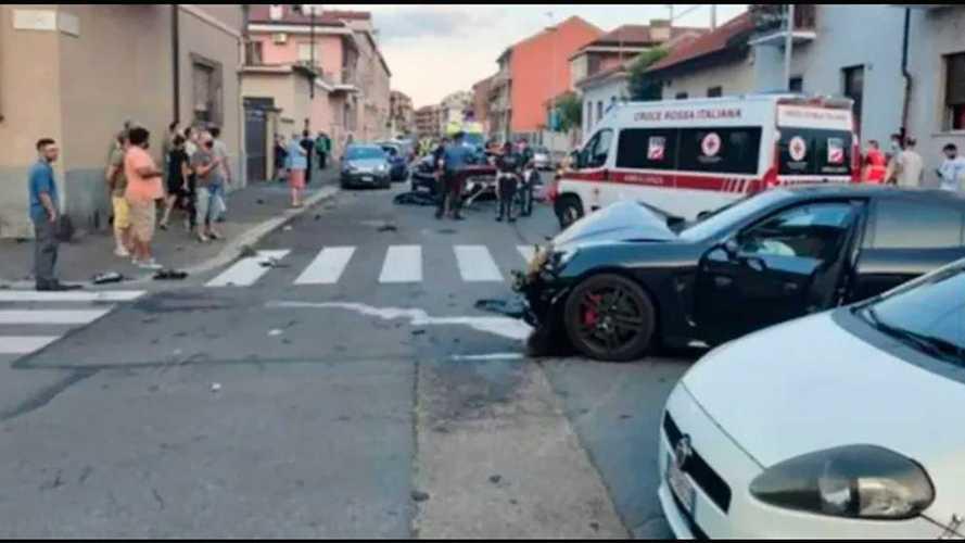 Motorista de chinelo bate Porsche Panamera em carro de polícia