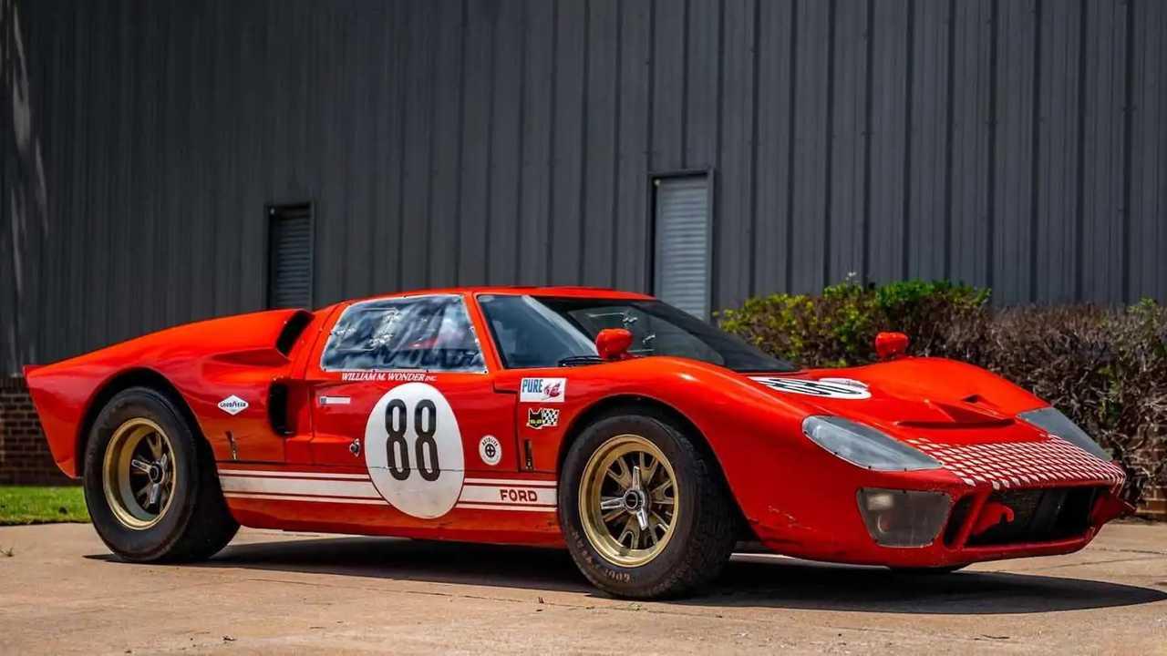 Stunt car dari film Ford v Ferrari bisa jadi milik Anda.