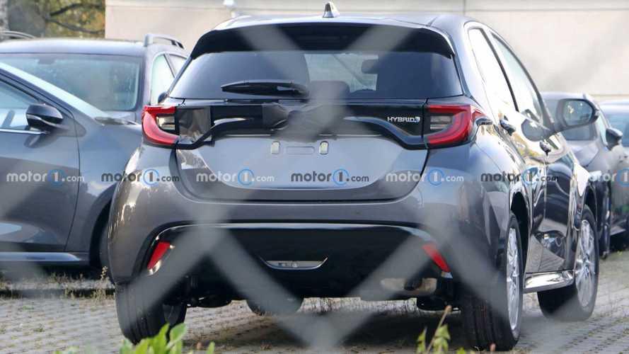 Nuova Mazda2, eccola fotografata con le forme della Yaris