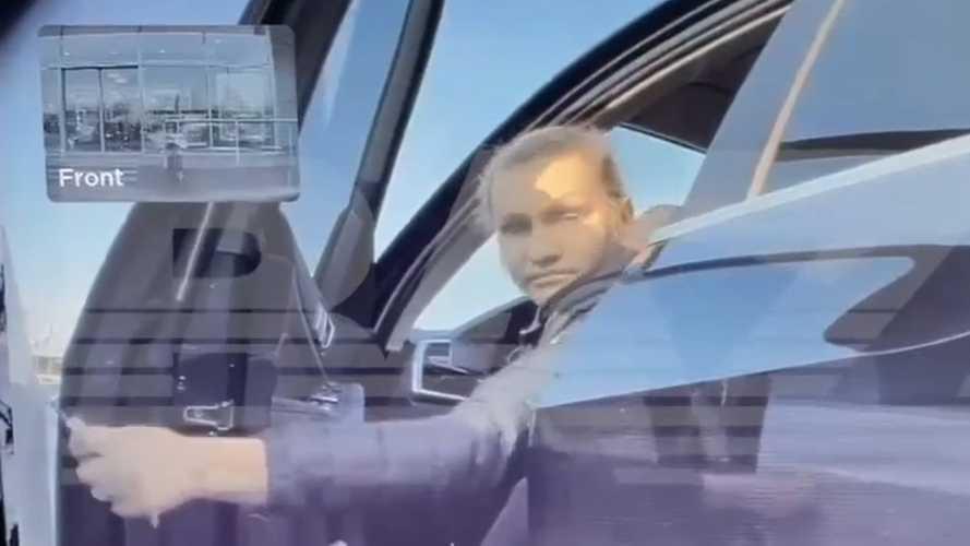 Hiába tagadja, hogy szándékosan összekarcolta a Tesla oldalát, az autó kamerája mindent rögzített