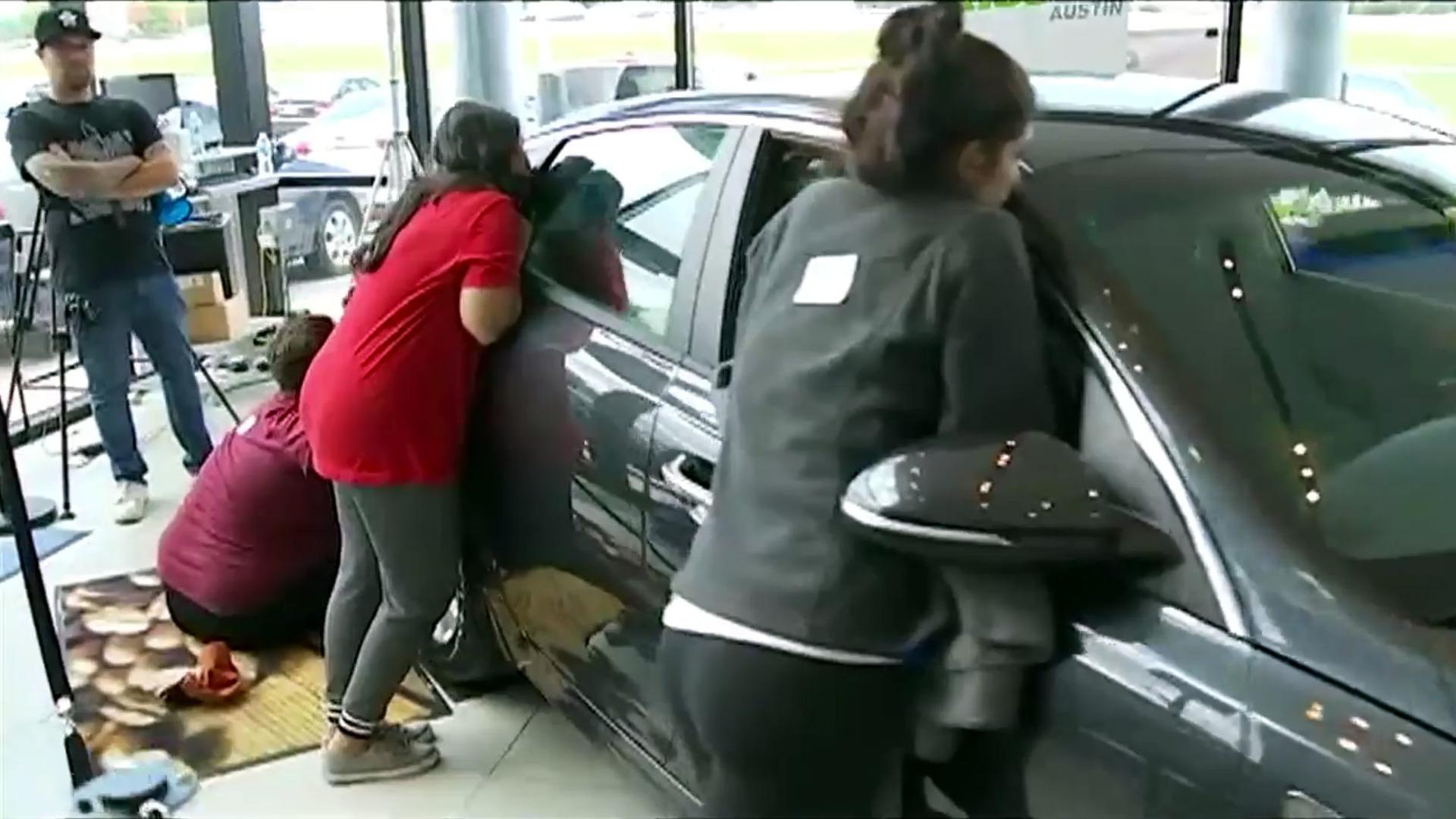 девушка силиконами расцеловала за машину завыла боли