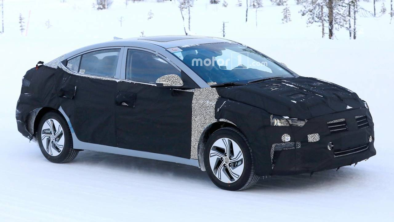 Hyundai Elantra EV casus fotoğraf