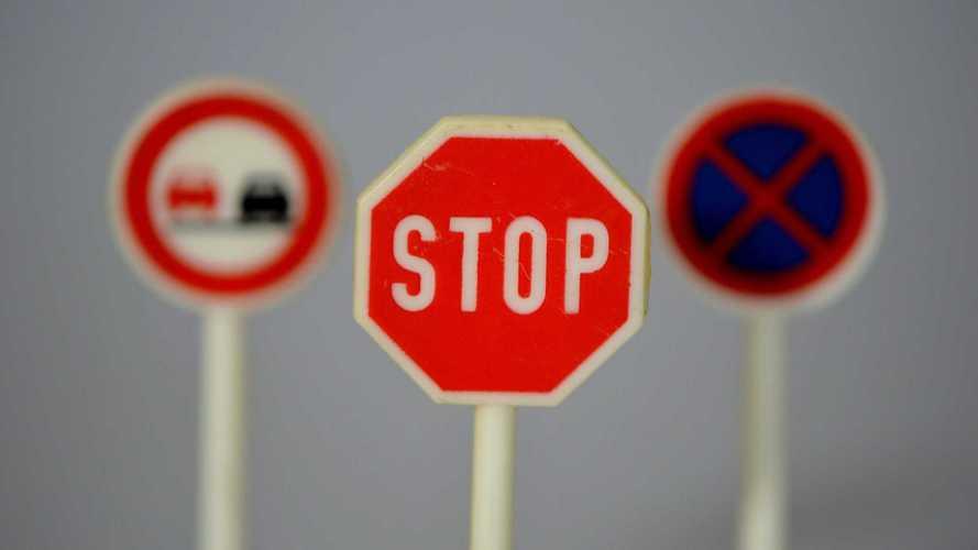 Cartello Stop, la Cassazione dice per quanto tempo fermarsi
