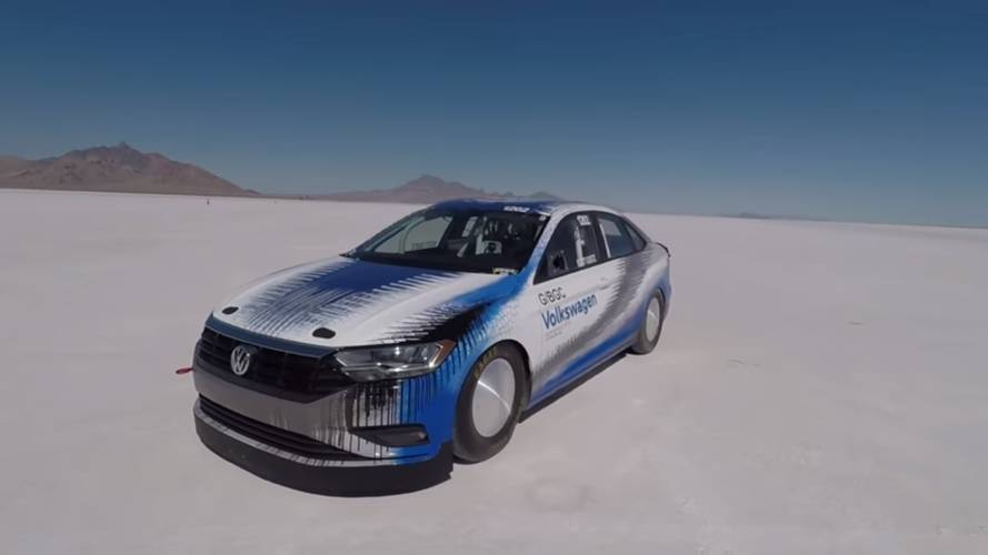Özel bir VW Jetta'nın 338 km/s hıza ulaşmasını izleyin