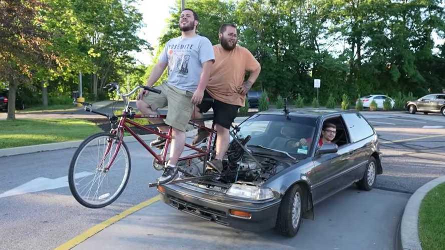 Un grupo de youtubers inventa el coche a pedales, que va a 4 km/h
