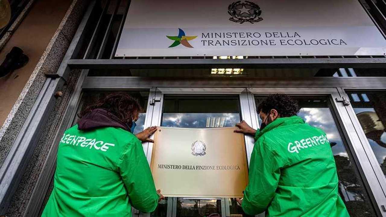 Greenpeace affigge delle targhe sarcastiche davanti alle sedi di alcuni ministeri