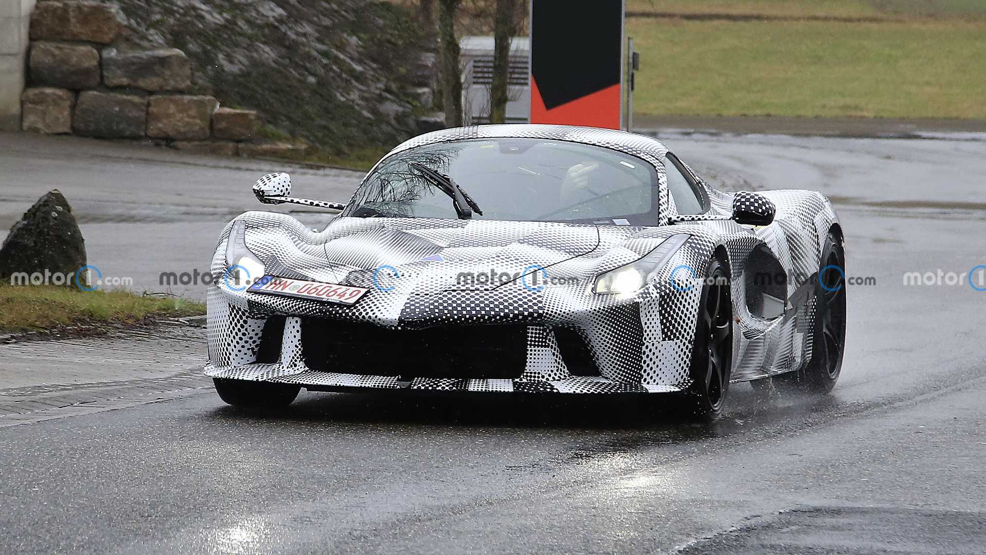 Foto espía de la mula de prueba del hipercar de Ferrari