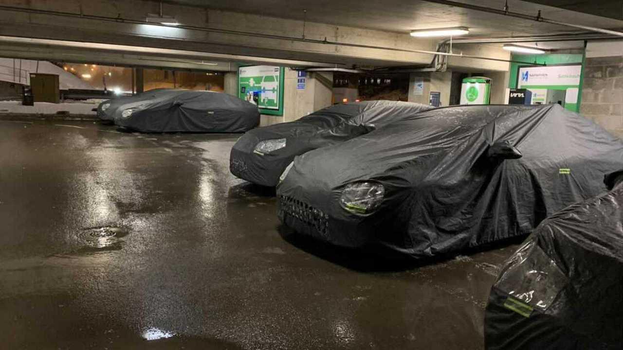 copertina Mercedes, l'ammiraglia EQS si ricarica nella città di Babbo Natale