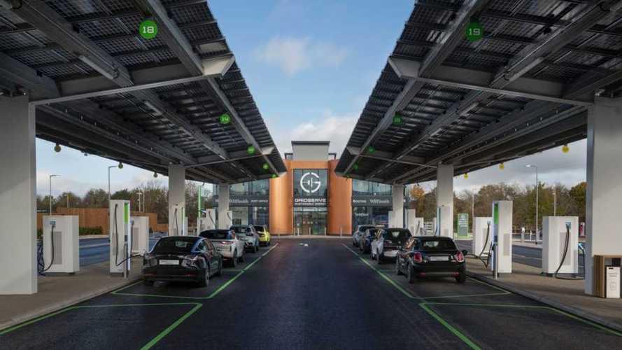 Niente benzina, 36 colonnine: il primo benzinaio solo per auto elettriche