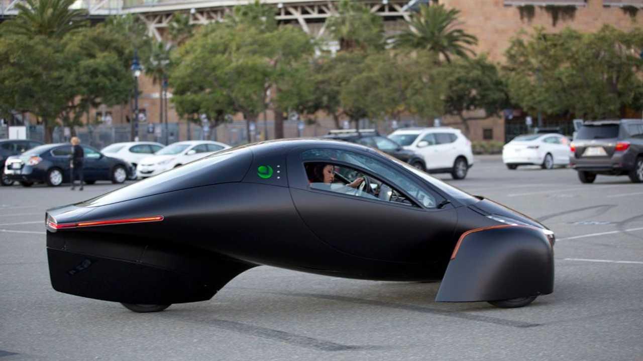 Der Aptera ist ein dreirädriges Solar-Elektromobil, das über 1.600 km mit einer Ladung schaffen soll
