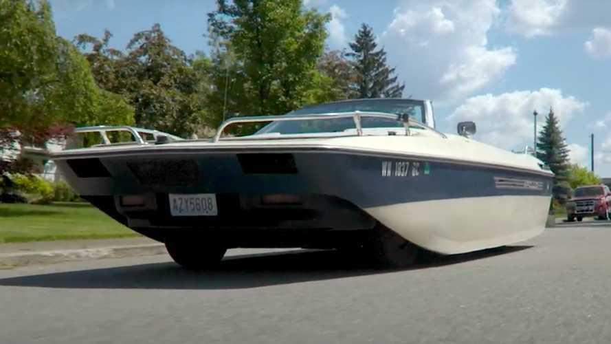 Este bote con ruedas esconde un Chrysler LeBaron