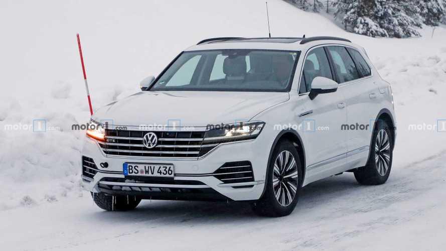 VW Touareg GTE: versão híbrida plug-in é flagrada sem nenhum disfarce
