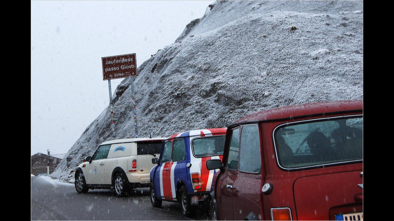 Geschafft! Alle Classic-Minis – inklusive modernem Begleitfahrzeug – haben sich tapfer auf 2.094 Meter Höhe vorgekämpft.