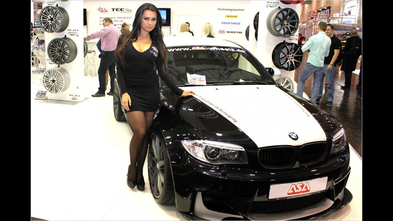 Schwarze Haare, schwarzes Kleid und schwarzweißes Auto