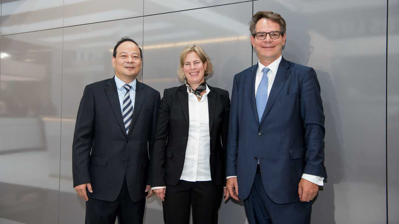 Daimler Trucks & Buses and CATL enter global battery cell modules supply agreement for electric trucks