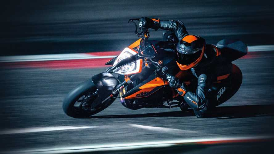 KTM 1290 Super Duke R: le prime immagini in pista, di notte [VIDEO]