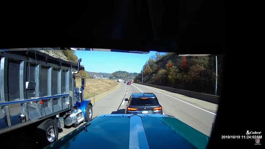 Videó: Az év bunkója címre pályázhatott a BMW-s, aki két kamiont is féktesztelt