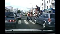 Vídeo: pedestre passa por cima de carro parado na faixa