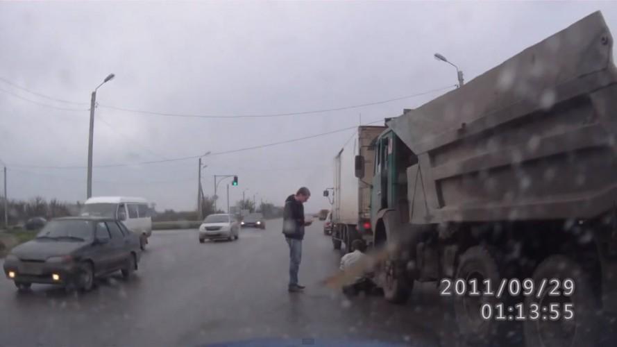 Vídeo: motorista bêbado bate e cai de caminhão na Rússia