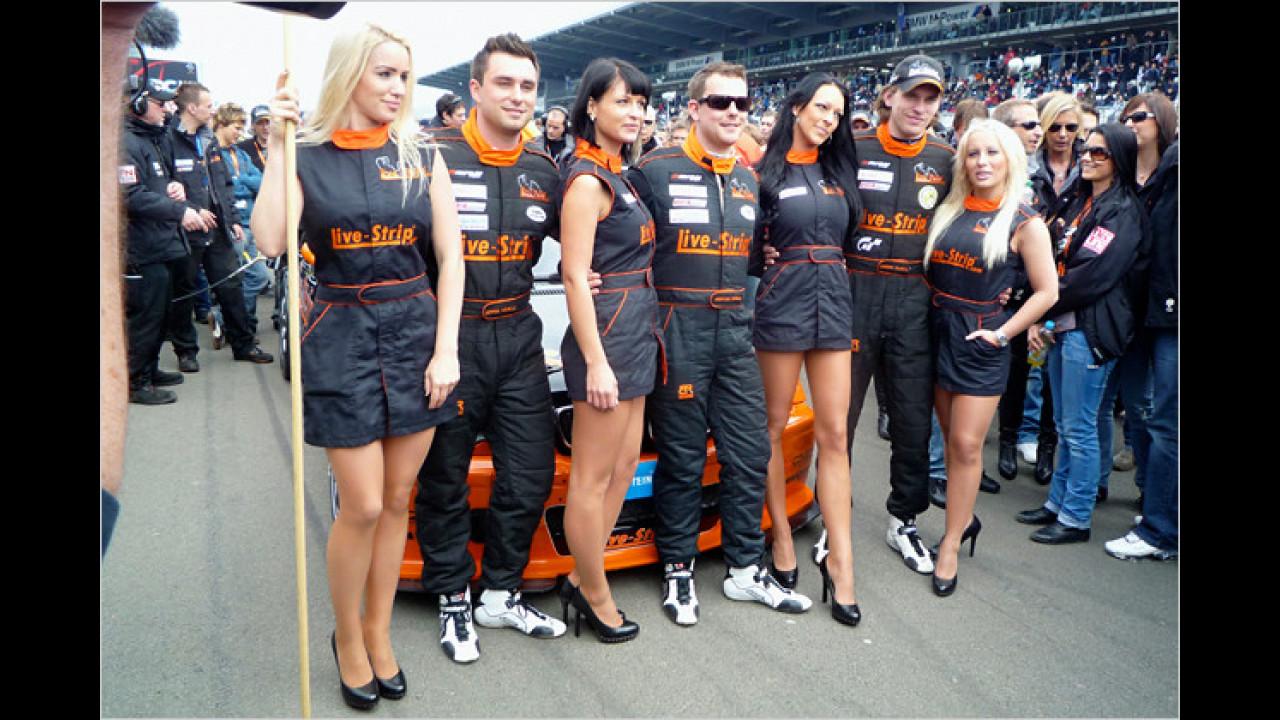 Die Live-Strip-Girls in der Startaufstellung vor dem 24-Stunden-Rennen 2010 auf dem Nürburgring