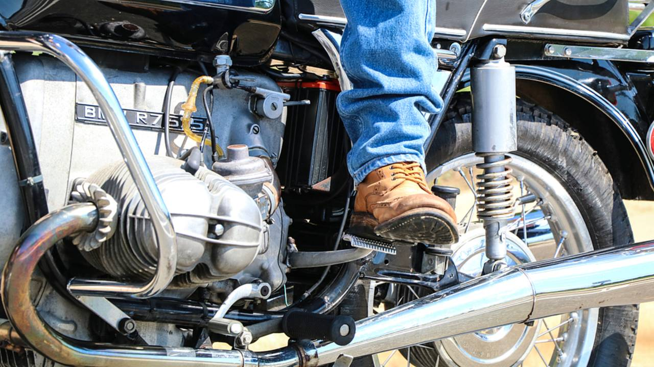 With both the crankshaft and transmission in line with the frame, the kickstart pedal's movement is perpendicular to the motorcycle.