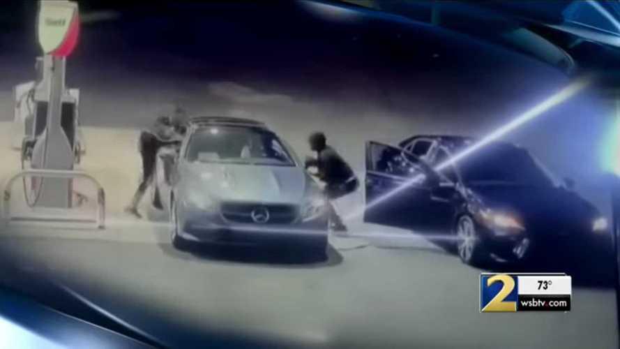 Az ablakon beugorva akadályozta meg egy nő, hogy ellopják az autóját