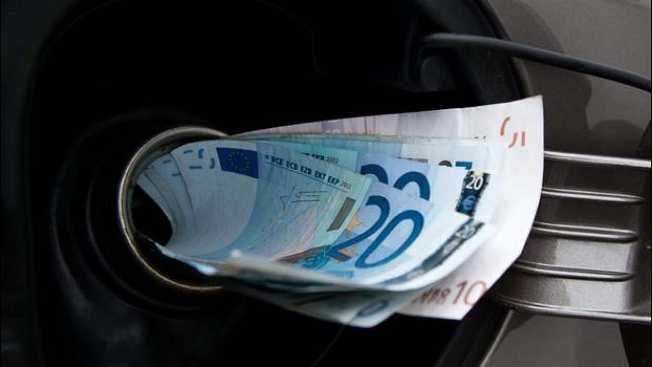 [Copertina] - Petrolio regalato? La benzina costerebbe comunque 0,88 euro/litro