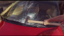 Ferrari 458 Italia presa a martellate