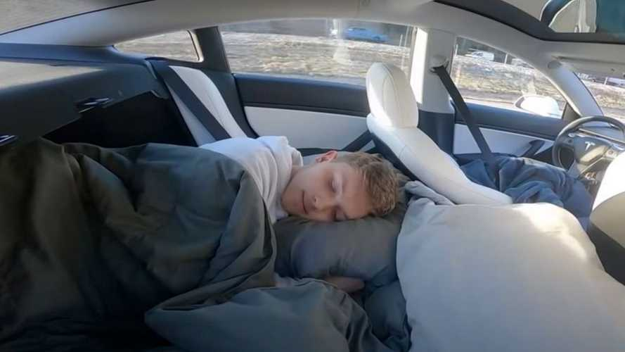 Motorista de Tesla dorme em carro com piloto automático e publica vídeo